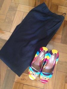 sapato colorido e calça marinho